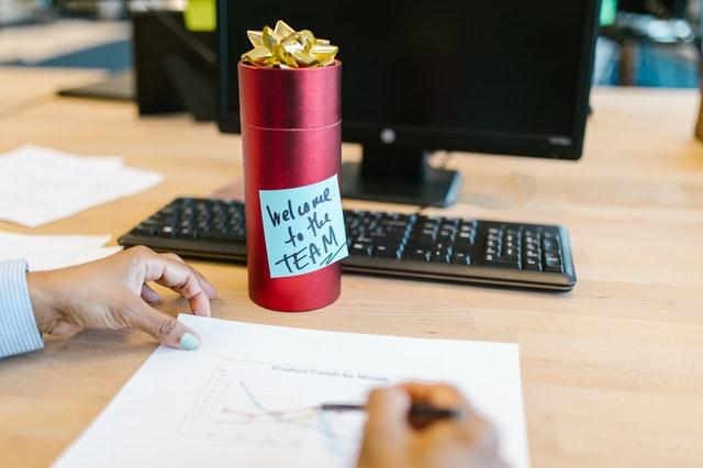 Het kopen van cadeaus voor een zakenrelatie